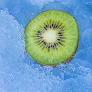 Kiwi w lodzie - fotografia produktowa Orbin Studio