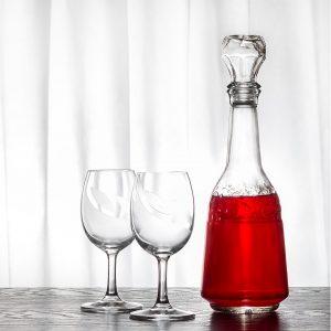 Karafka z winem i kieliszki - Fotografia produktowa aranżowana