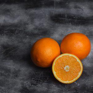 Pomarańcze na ciemnym tle