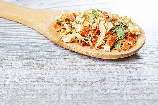 Przyprawy na drewnianej łyżce 2 - Fotografia kulinarna - Orbin Studio